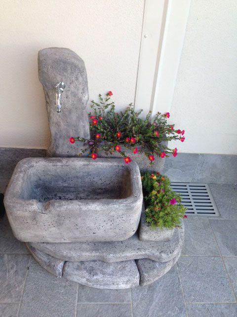 Fontana da giardino in pietra ricostruita modello: Dolomiti 60 e bordi curvi da 80 e da 100 utilizzati come rialzi. Finitura: antichizzato. Località: Bagnolo Cremasco (Cremona).