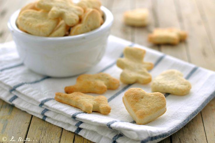 Semplici, sfiziosi e buonissimi! I Frollini al parmigiano sono dei biscottini salati semplicissimi da realizzare e davvero gustosi.