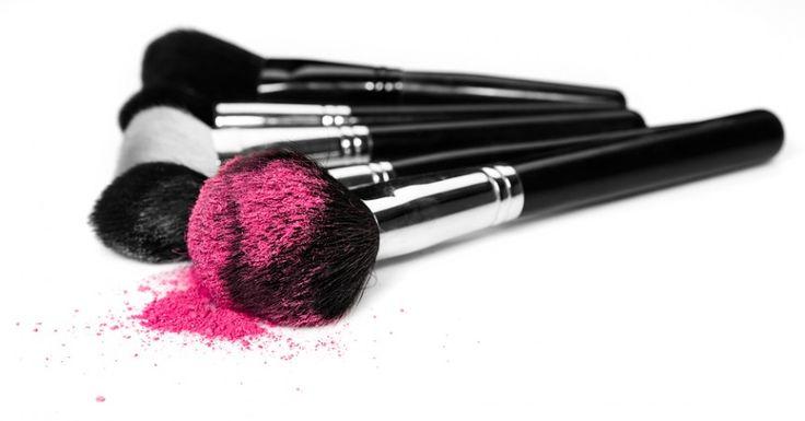 Pennelli per il viso: di quali davvero non possiamo fare a meno e come utilizzarli al meglio? Ce lo dice Stella Tagliazucchi MakeUp Artist su http://www.stilefemminile.it/pennelli-per-il-viso-quali-e-come/ ;)