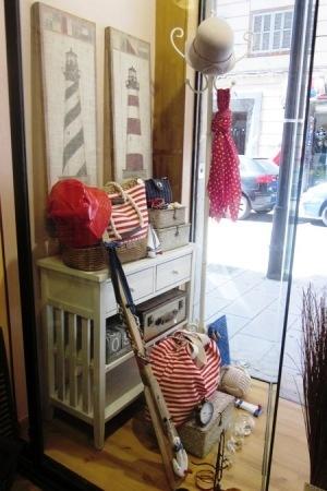 Bolsos de tela estilo marinero, de rayas rojas y blancas. De ese estilo navy, unos percheros de madera en forma de velero, ancora, faro y remo.