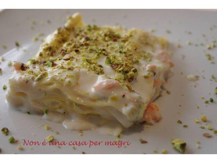 La lasagna al salmone affumicato con besciamella e pistacchi è un delicato primo piatto adatto anche a chi non gradisce la carne.