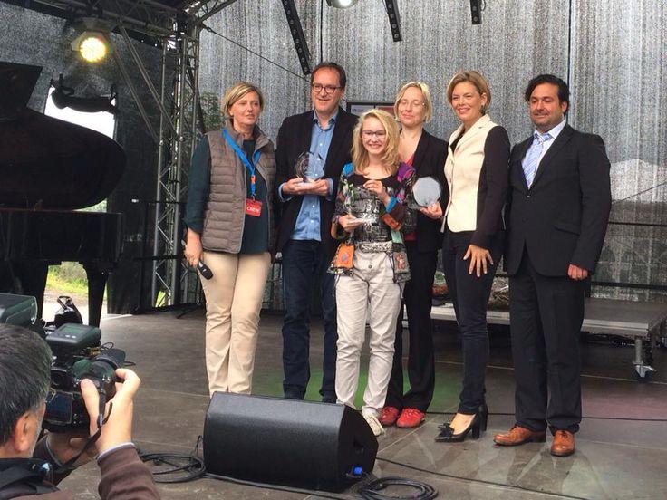 Ich bin mega stolz und überrascht!  schreibt #Jungautorin #Franziska_Wonnebauer hierzu auf ihrer Facebookseite - auch wir von Familienklick sind von Ihren The Peppermints-Büchern begeistert und gratulieren zu dem Preis ... Julia Klöckner verleiht den Literaturpreis in drei Kategorien an Frank P. Meyer, Franziska Wonnebauer und Petra Horst; Foto: Andreas Hamacher; mehr zur Siegerin hier in unserem Beitrag http://www.familienklick.de/news/5198