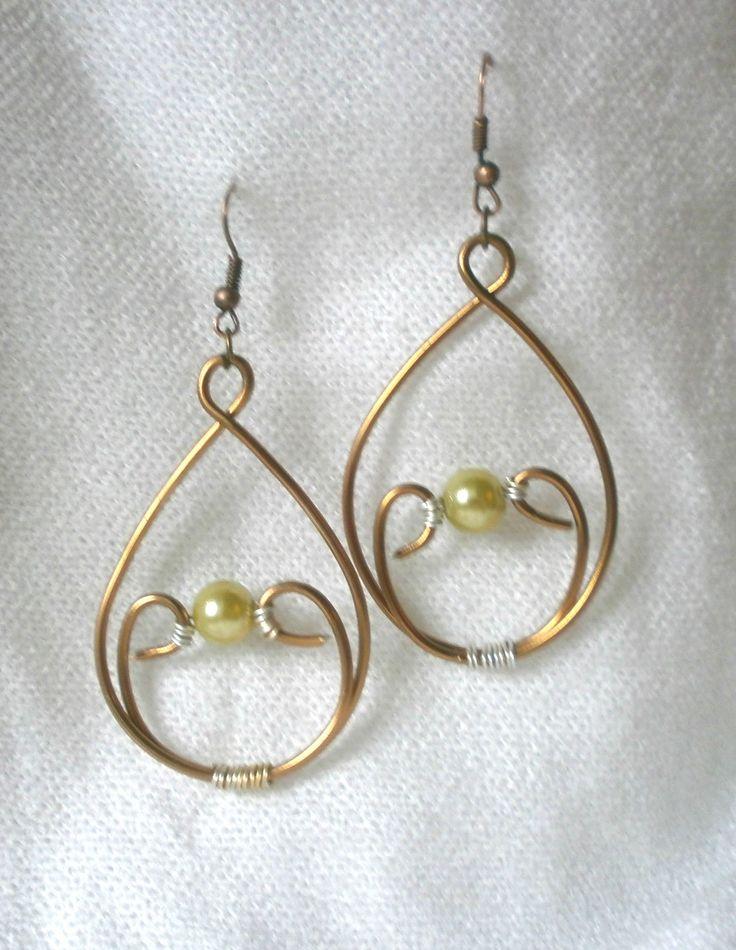 Boucles d'oreilles goutte fil aluminium cuivre, perle synthétique vert nacré. : Boucles d'oreille par le-tresor-de-widad