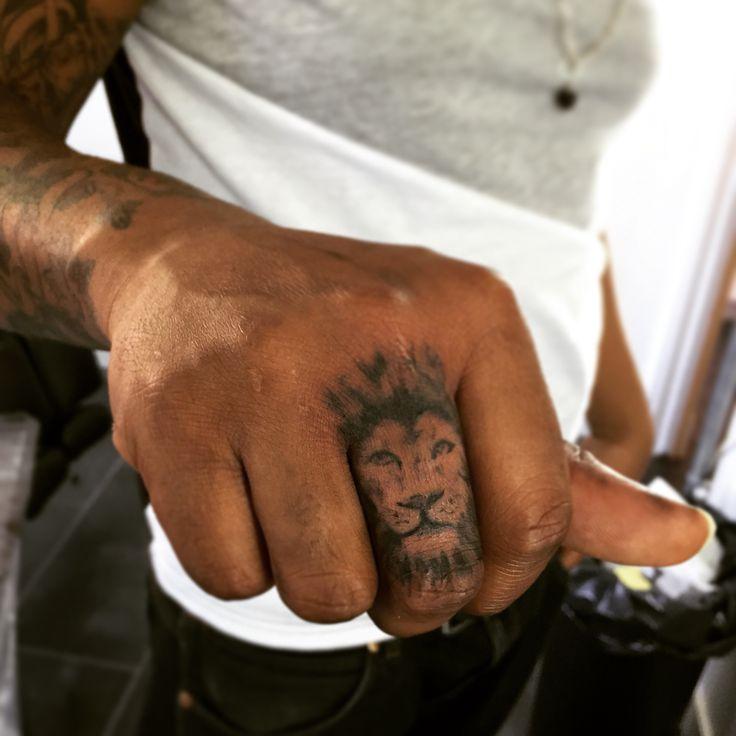Smal lion finger tattoo, trenchArt Amsterdam artist: Quotetattz