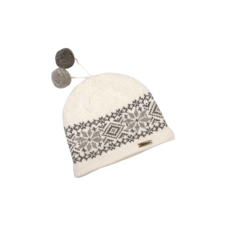 Pletená čepice s bambulkami. Barva bílá. Materiál: 70% pravá vlna, 20% angorská vlna, 10% nylon, podšívka z tepelného vlákna Thinsulate. Jedna velikost-spíše dámská