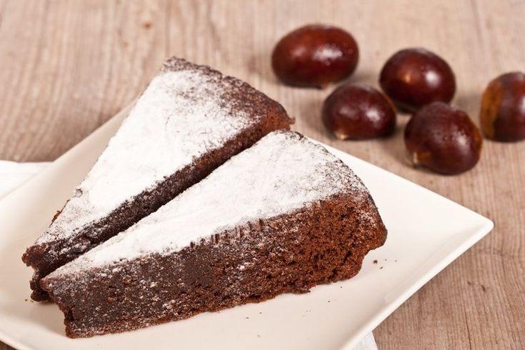 La torta di castagne e cioccolato è ideale nel periodo autunnale in cui le castagne di stagione. Ecco la ricetta e la variante con castagne bollite