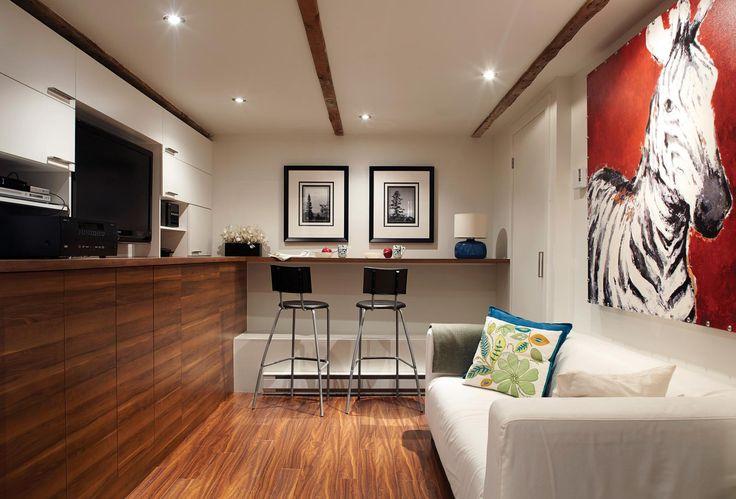 Maison unifamiliale: la fibre urbaine | Les idées de ma maison © TVA Publications | Photos: Yves Lefebvre #deco #urbaine #soussol #bar #tabouret #bois