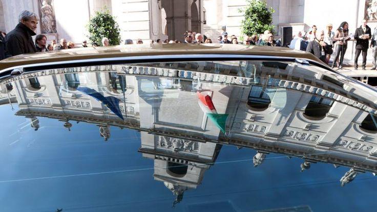 Il Municipio riflesso nel lunotto posteriore di un'Alfa Romeo Montreal durante Stelle sul Liston 2011 #padova #italia #monumenti