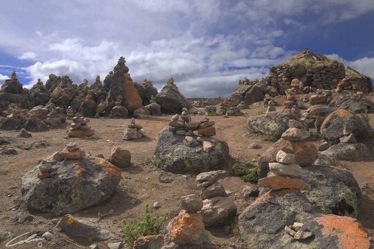 https://flic.kr/p/9pfcQr | PERU'- Patapampa | Pietre impilate per le preghiere dei pastori al passo Patapampa (4950 m.s.l.m.).