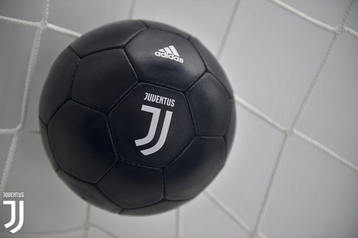 La Juventus ha presentato il suo nuovo luogo. Viene abbandonato il classico scudo per abbracciare il futuro con un logo assolutamente rivoluzionario. Come