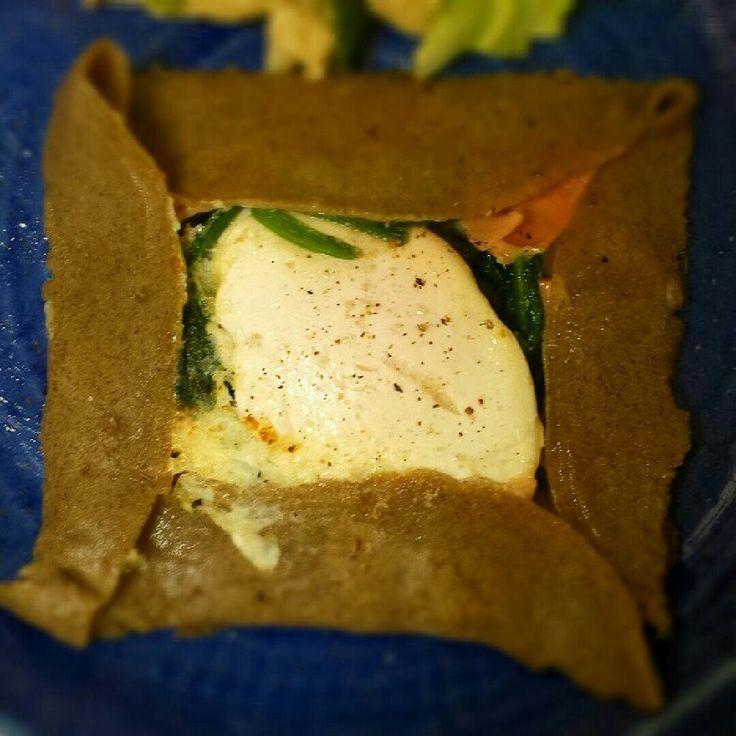簡単☆そば粉ガレット     美味しいそば粉が手に入ったので、 簡単に作ってみました。 yotti♪     材料 (2枚分(26~28センチのフライパン)) ☆そば粉 100グラム ☆水 200cc ☆塩 小さじ1/4 ■ オリーブオイル ■ ~お好みの具~ たまご 調理してあると楽 ■ ハム ■ チーズ ■ 茹でたほうれんそうetc. ■ 塩こしょう 作り方 1  ☆そば粉、水、塩を混ぜ る。 2 すぐ焼いてもいいし、 生地は寝かせればもちもちします。 (余ったら翌日でもいい位なのであまり時間はこだわらなくて◎) 3  卵は生だと火通りが難しくなるので、軽く目玉焼き、温泉卵、ポーチドエッグにしておく。 ID2096380お薦めです。 4 プライパンを強火で熱し、オリーブオイルをひく。 強めの弱火におとし、生地の半分くらい流して2分位焼く。 5 2分経ち、表面が軽く乾き、焼け具合を確め薄く焼き目がつきしっかりしていたら、フライ返しを深めに差し込み裏返します。 6  裏返したら真ん中に好みの具をおきます。 7  また2分ほどしたら 四隅をフライ返しとお箸で折り曲げる。 8…