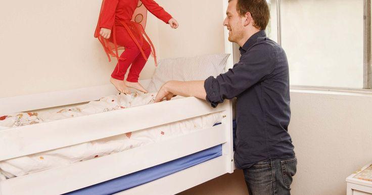 ¿Cómo construir una cama litera con pilares de 4x4?. ¿Necesitas ahorrar espacio? ¿Debes construir hacia arriba en vez de hacia afuera? Una cama litera no sólo proporciona una plataforma para dormir, además libera un espacio adicional y hace que cualquier habitación se vea más grande. Gracias a un conocimiento básico y un par de herramientas simples, construir una cama litera usando casi ...