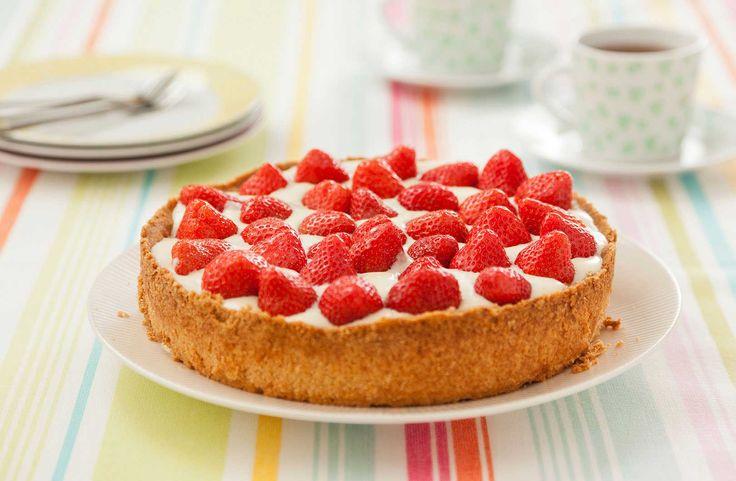 Maak met zelfgemaakte hangop een heerlijke aardbeientaart. De frisse hangop met zoete aardbeien en een zandbodem maken van deze aardbeientaart en echt verwen taart.