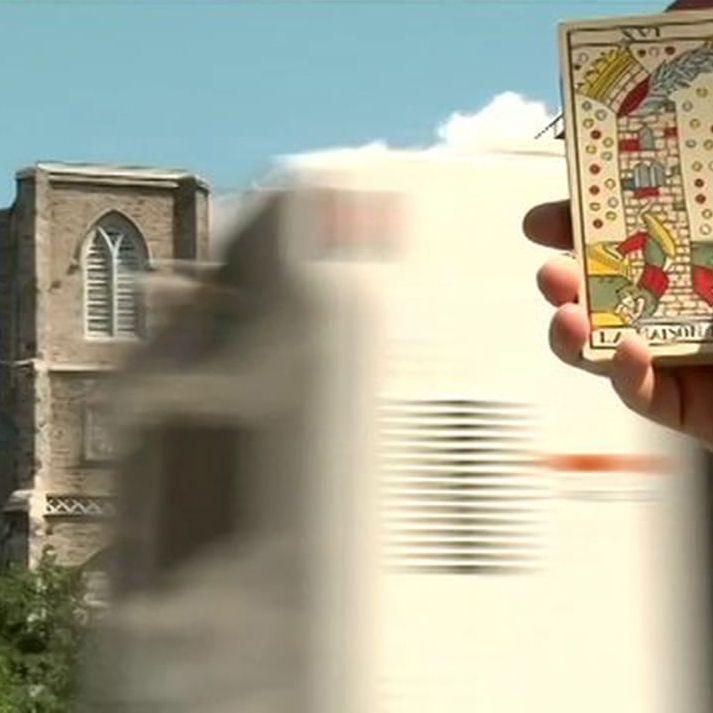 TAROLOGY: ENRIQUE ENRIQUEZ \ Tarology est un documentaire très inspirant sur l'approche poétique et pataphysicienne du tarologue Enrique Enriquez basé à New York. Le film est disponible gratuitement en streaming (au prix de quelques intrusions publicitaires).