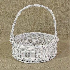 Biały okrągły wiklinowy koszyk