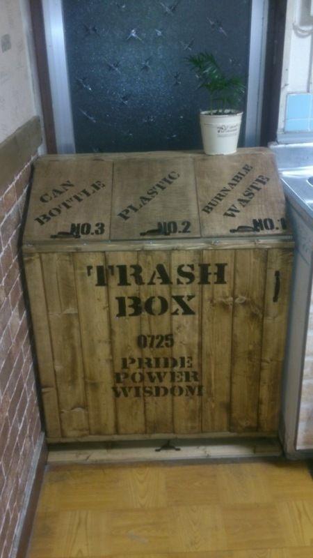 燃えるゴミ、プラスチックゴミ、ビン・缶ゴミを分別して捨てれるゴミ箱を作りました。既成では、インテリアに馴染まないので。出し入れもしやすいように。