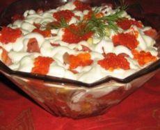 """Наступает время новогодних праздников. Предлагаю всем хозяйкам на заметку рецепты отличных салатиков, которые можно приготовить как на праздник, так и для семейного уютного вечера. Салат """"Кремлевский""""  Кочанчик китайской капусты, 4 варёных яйца, горсть варёного риса, грамм 150 солёной форели, полбаночки красной икры Слоями: На дно салатницы выкладываем нашинкованную китайскую капусту, посыпаем рисом, нарезанные яйца, рыбка порезанная тонкими полосочками, делаем решёточку из майонеза, смешанн"""