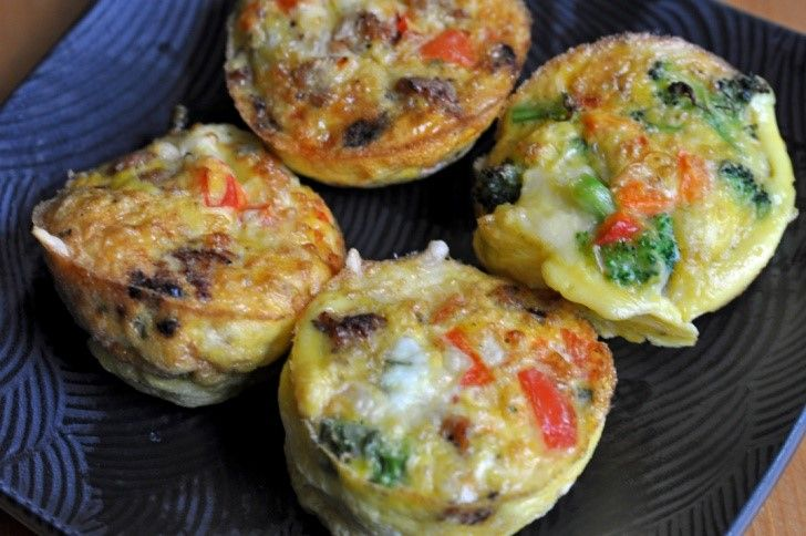 Egg muffins! Oftewel ei muffins. Een snack voor ontbijt of lunch die je kan meenemen naar school of werk. Als moeder maak je het liefst gerechten klaar die kort in tijd en weinig moeite kosten. Iedereen kan ze maken. Je snijdt simpelweg wat je erin wilt hebben en je giet de geklutste eieren in een muffin pan.  Een lekkere en gezonde snack met verse ingrediënten die klaargemaakt worden in de oven.