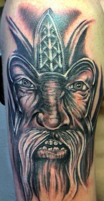 Réaliste noir tatouage portrait de viking