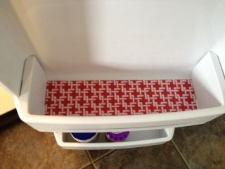 DIY Fridge Mats! Line the shelves in your fridge (don't forget the door shelves!) with plastic placemats trimmed to fit! Inexpensive & soo easy to take out & clean. Make an extra set to keep on hand for instant clean shelves! Great little post with good pictures!