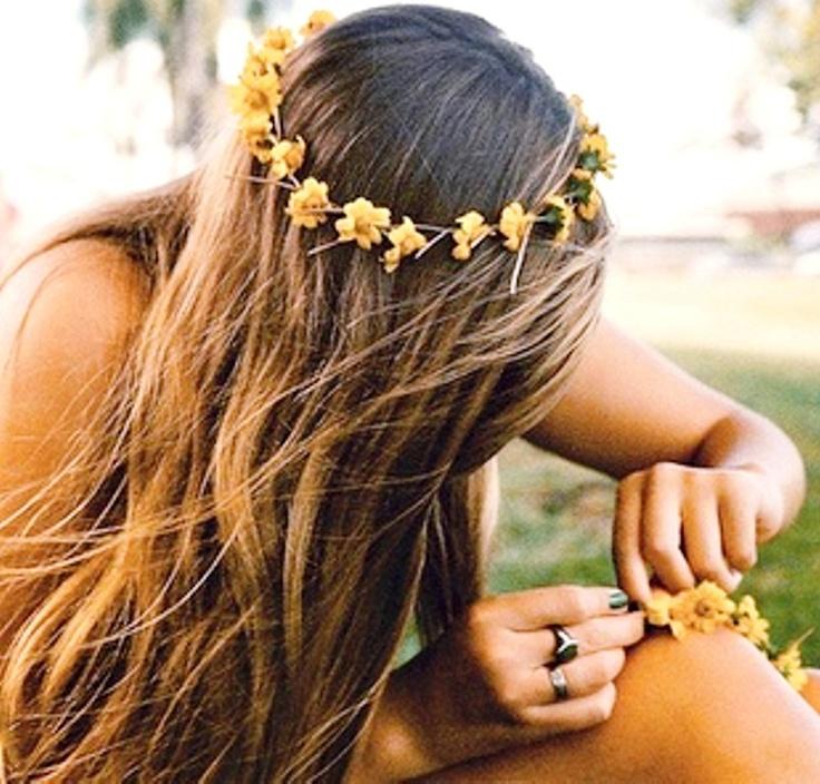 Casual Boho daisy chain flower crown hair ideas Toni Kami ⊱✿Flowers in her hair✿⊰