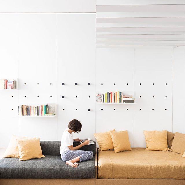 Architect Silvia Allori heeft haar woonkamer van haar kleine appartement van 42m2 zo ingericht. Bekijk alle foto's via link in bio. #woonkamer #wohnzimmer #livingroom #vardagsrum #interieur #interior #kleinwonen #smalllivingroom #bolig