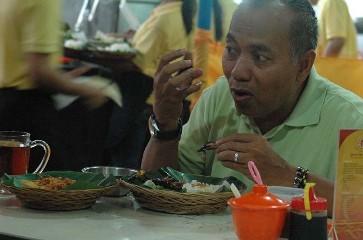 Pak Bondan Winarno program Wisata Kuliner di Bebek Kaleyo Cempaka Putih, Jakarta (sumber kaleyo.com)