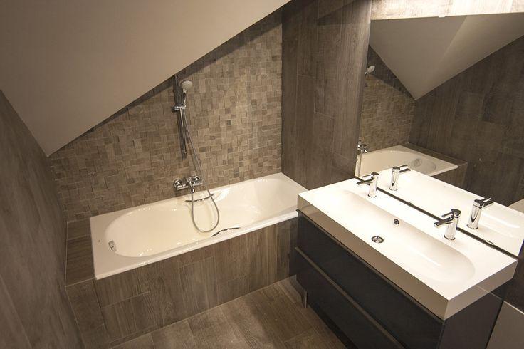 Большая ванная комната на 2 этаже. Сдвоенный умывальник, ванна и душ, унитаз и биде.