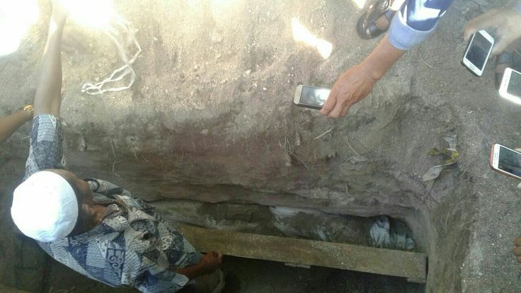 SUARALIDIK.COM, Jeneponto — Warga kabupaten Jeneponto, Sulawesi Selatan, Minggu 2 Juli 2017 tiba-tiba geger dengan terbongkarnya Makam gadis yang baru dikebumikan tiga hari yang lalu. Makam yang terletak di Dusun Kampung Beru, Desa Bontosunggu, Kecematan Tamalatea ini diketahui merupakan...