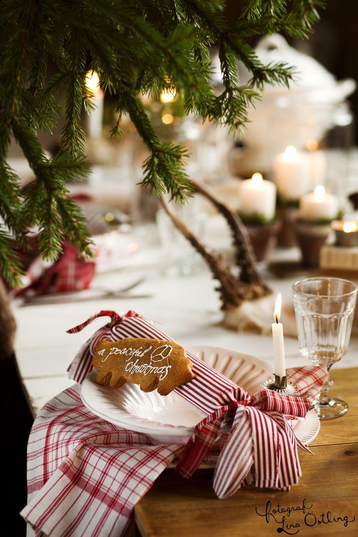 GODA IDÉER FÖR JULBORDET: En pepparkaka blir ett trevligt placeringskort. Glas på fot, 9 kr, Ikea. Vit porslinstallrik, 119 kr, Fritzla Tyglager | Ett julreportage i Hus & Hem - via fotograf Lina Östling