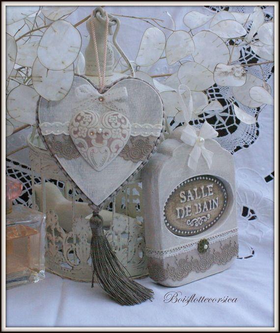 Lot de 2 décorations -Pendentif coeur à suspendre  et Plaque de porte salle de bain . En bois chantourné , patiné et décoré..