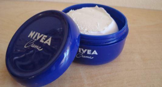 Nous vous présentons donc aujourd'hui7 utilisations pour la crème Nivea auxquelles vous n'avez jamais pensé :  1 –Comme démaquillant : il vous suffit de tremper un coton dedans et de vous démaquiller. Même le maquillage waterproof ne peut pas y résister....