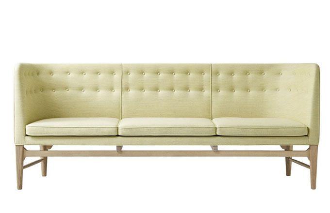 Pohovka Mayor Sofa se vyrábí ve více barvách čalounění a provedeních podnoží z dubového dřeva, 82 x 200 x 62 cm, AndTradition, 133 450 Kč, www.designville.cz
