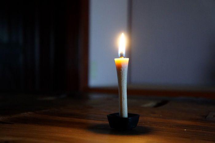 炎を灯した「うるしろうそく」。だいだいの、大きくゆっくりとしたゆらめきが特徴です(画像提供:高澤ろうそく)