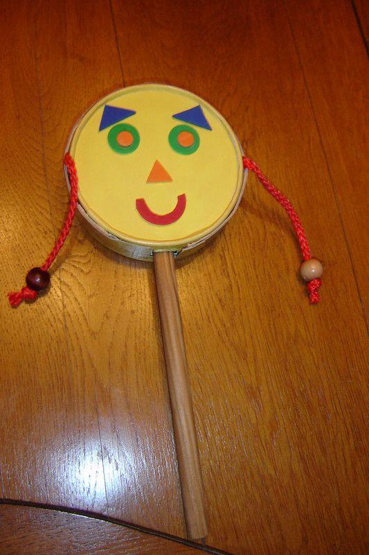 instrument de musique vous avez besoin d'une boite de fromage que vous recouvrez de papier couleur et dessinez un visage de chaque coté (gommettes ou dessins) deux cordelettes avec une perle faire ...