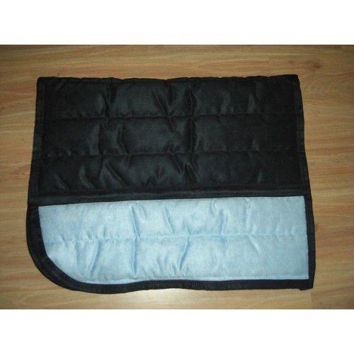 Chique pad in 2 kleuren, en heeft een mooie leather look. Een must have voor de dressuur ruiter. De pad is extra dik en ligt uitstekend onder het zadel', en is voorzien van een vochtregulerende Coolmax-voering.