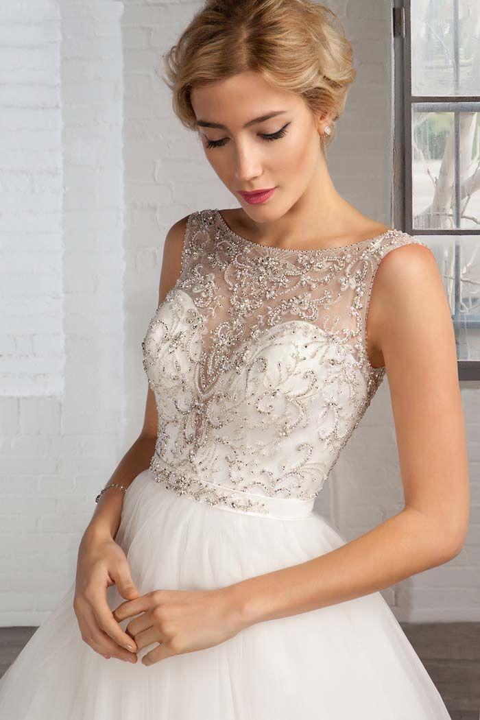 Lucia Raquel Alemañ Novias info@raquelnovias.es   Romántico vestido joya con amplia falda de tul y espalda abierta .Novia Cosmobella 2016
