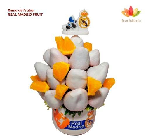 """Ramo """"Real Madrid Fruit""""   Dulces fresas bañadas en chocolate blanco gourmet, jugosas naranjas y, como decoración, zapatos y escudo del Real Madrid que coronan el ramo   #DiadelPadre"""