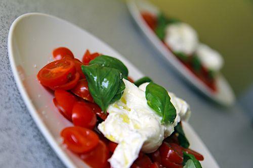 Další variace salátu caprese  Velmi dobře salát chutná, když navrch přidátebalsamico, případně pár kapek bazalkového pesta. Takový jsme měli na svatbě jako předkrm, byla to lahoda!
