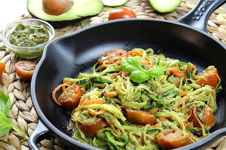 Cómo hacer espaguetis de calabacín y zanahoria con pesto vegano de aguacate. Pasta sin gluten de verduras con pesto sin lácteos ni lactosa.