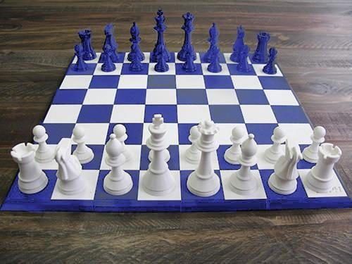 Un jeu d'échec classique complet en impression 3D avec son plateau à monter soi-même. Fabrication de votre jeux d'échecs sur commande et personnalisé.  De quoi jouer en famille, tout en apportant une touche sophistiquée à votre déco. Taille de plateau possible : 26x26cm, 34x34cm, 42cm x 42cm,  Taille des pièces : de 5 à 9,5cm de haut pour un diamètre de 3,5cm. 2 Couleurs au choix.  Idée cadeau Noel originale, de fin d'année, anniversaire, fête des mères, fête des pères, etc.