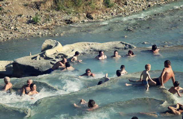 [Cascate del Gorello, Saturnia] Vieni in #Toscana a fare un bel bagno all'aperto in acque calde per staccare dalla frenesia quotidiana? ✐ in #Saturnia #Tuscany there's an outdoor waterfall, the #CascatedelGorello one of the most famous natural #springs in Tuscany #travel #italy #outdoor #terme #spa #nature