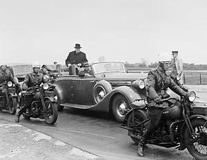 Winston Churchill wordt op de grens van Overschie en Rotterdam verwelkomd. Begin ¼46 tijdens zijn bezoek aan ons land, beklemtoonde hij dat Nederland een veel actiever buitenlands beleid moest voeren. In Nederland heerste de overtuiging dat de grote mogendheden de beslissingen namen en dat Nederland gewoon moest gehoorzamen. ANPFOTO/ANP