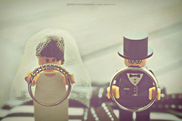 Après des mariés incroyables sur le thème des superhéros, autre petit retour en enfance ce matin grâce à Liz & Eugène, mariés inspirés qui ont décidé d'intégrer leur amour des Lego et non…