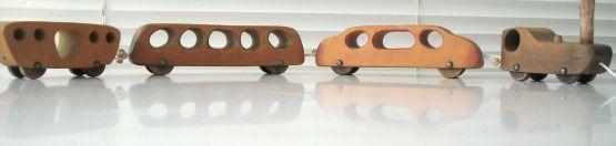 Ein kleines Lieblingsstück: Holzeisenbahn des Spielzeugdesigners Antonio Vitali aus verschiedenen  Hölzern