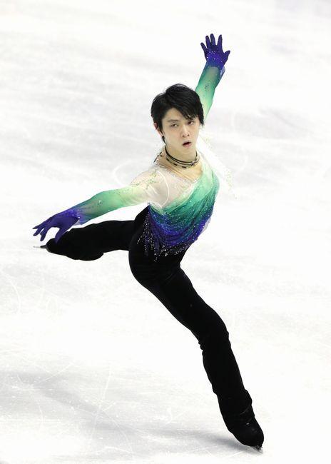 スケートカナダの男子フリーで演技する羽生結弦(ANA)。ショートプログラム(SP)の4位から巻き返し、2位に入った=2…
