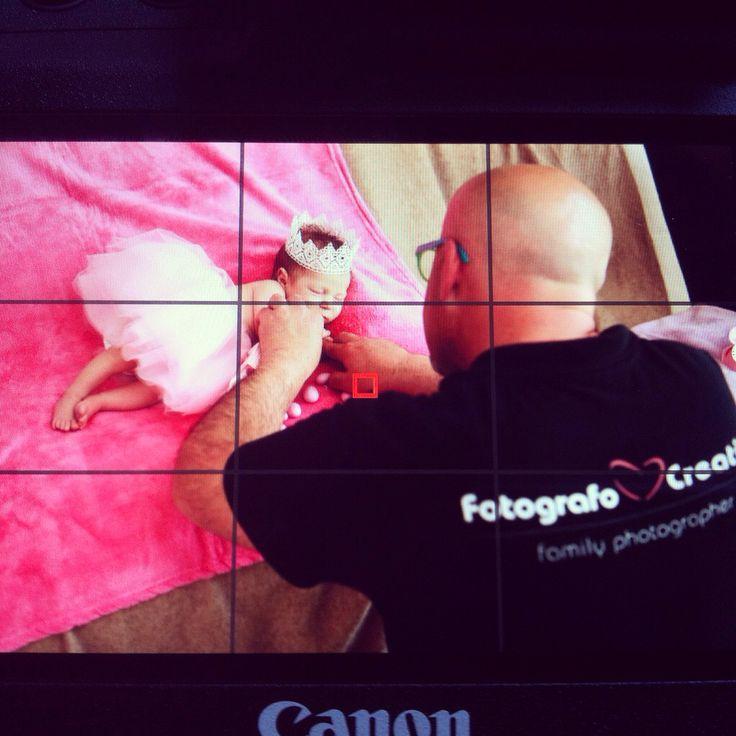Fabio, fotografo creativo al lavoro durante una sessione fotografica con un neonato di soli 15 giorni, età ideale per questo genere fotografico chiamato newborn