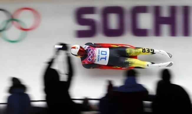Téli olimpia témájú írások a blogon -> http://blog.volgyiattila.hu/olimpia-szocsi  A német Felix Loch száguld a szánkópályán a férfi egyes versenyében a Téli Olimpián Szocsiban, 2014. február 8-án. Fotó: Arnd Wiegmann/Reuters #fotó #sportfotó #sajtófotó #szocsi #sochi2014 #sport #szánkó