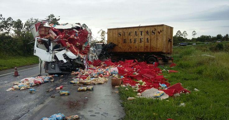 Motorista de caminhão morre após acidente com carreta na BR-262
