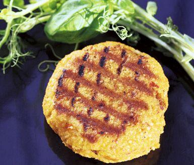 Hirsburgare med fetaost och soltorkade tomater är perfekta vegetariska burgare. Rödlök ger burgarna god smak. Av smeten plattar du ut hisrburgarna och steker dem sedan tills de får lite färg.